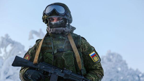 Một binh sĩ của Lữ đoàn thủy quân lục chiến số 61 thuộc Hạm đội phương Bắc trong quá trình huấn luyện tại Căn cứ Thủy quân lục chiến Sputnik ở quận Pechenga, vùng Murmansk. - Sputnik Việt Nam