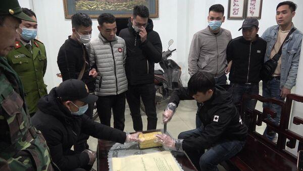 Lực lượng công an kiểm tra số ma túy tổng hợp bị bắt giữ - Sputnik Việt Nam