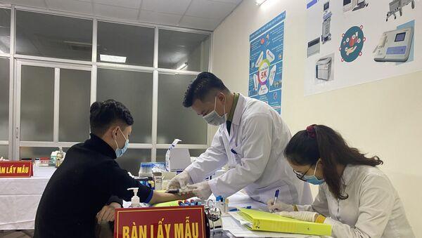 Các tình nguyện viên được kiểm tra sức khoẻ trước khi tiêm mũi vaccine ngừa COVID-19 Nano Covax nhóm liều 50mcg. - Sputnik Việt Nam