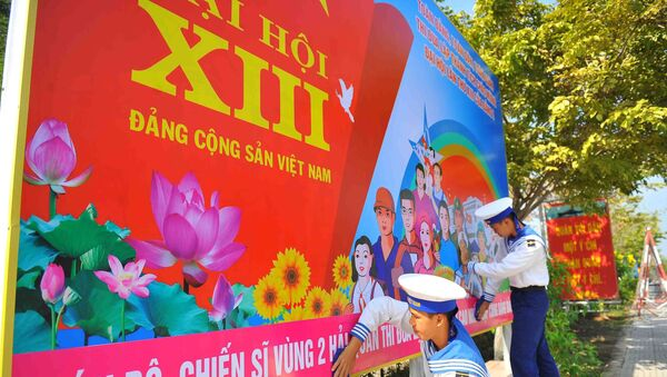 Các chiến sĩ Vùng 2 Hải quân trang trí, tuyên truyền, cổ động bằng pa nô về Đại hội đại biểu toàn quốc lần thứ XIII của Đảng. - Sputnik Việt Nam