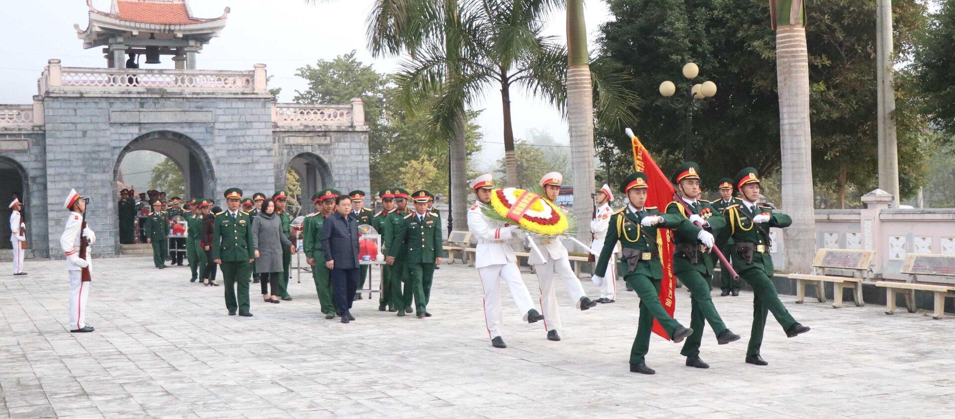 Quang cảnh Lễ đón nhận, truy điệu và an táng hài cốt các liệt sĩ tại nghĩa trang Tông Khao. - Sputnik Việt Nam, 1920, 20.01.2021