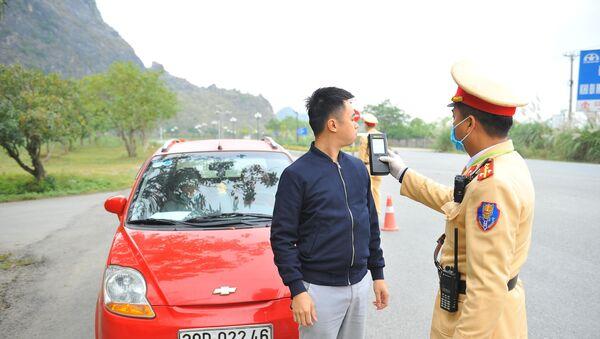 Công an huyện Hoa Lư kiểm tra nồng độ cồn với lái xe tham gia giao thông.  - Sputnik Việt Nam