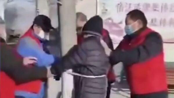 Video gây sốc: Một người về hưu ở Trung Quốc bị trói vào cột vì vi phạm các hạn chế về coronavirus - Sputnik Việt Nam