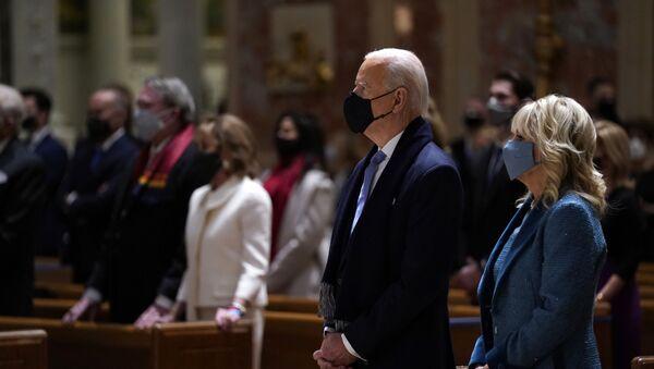Joe Biden và vợ trong Thánh lễ tại Nhà thờ St. Thánh Tông đồ Matthêu trước lễ nhậm chức. 20 tháng 1 năm 2021 - Sputnik Việt Nam