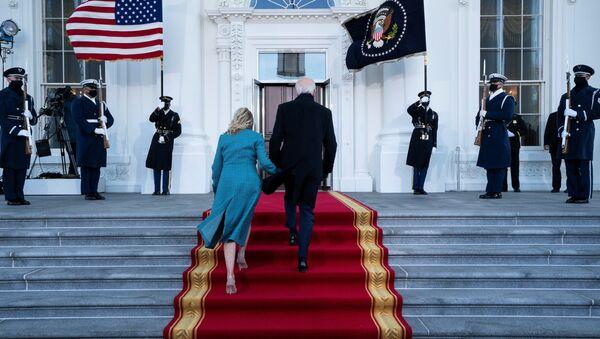 Tổng thống Hoa Kỳ Joe Biden và Đệ nhất phu nhân Jill Biden tới Nhà Trắng  - Sputnik Việt Nam