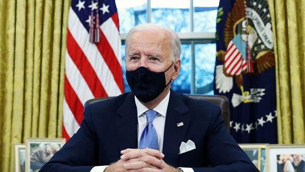 CHÚNG TA. Tổng thống Joe Biden ký lệnh hành pháp tại Phòng Bầu dục của Nhà Trắng ở Washington, sau khi ông nhậm chức Tổng thống thứ 46 của Hoa Kỳ, Hoa Kỳ, ngày 20 tháng 1 năm 2021. REUTERS / Tom Brenner - Sputnik Việt Nam