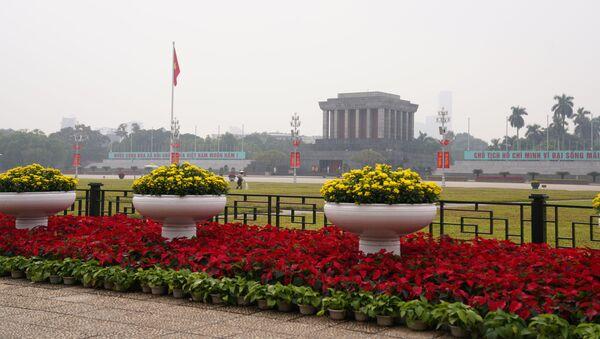 Lăng Chủ tịch Hồ Chí Minh được trang hoàng nhân dịp Đại hội Đảng Cộng sản Việt Nam lần thứ 13 - Sputnik Việt Nam