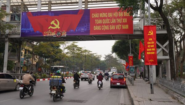 Giao thông trên đường phố Hà Nội trang hoàng chào mừng Đại hội Đảng Cộng sản Việt Nam lần thứ 13 - Sputnik Việt Nam