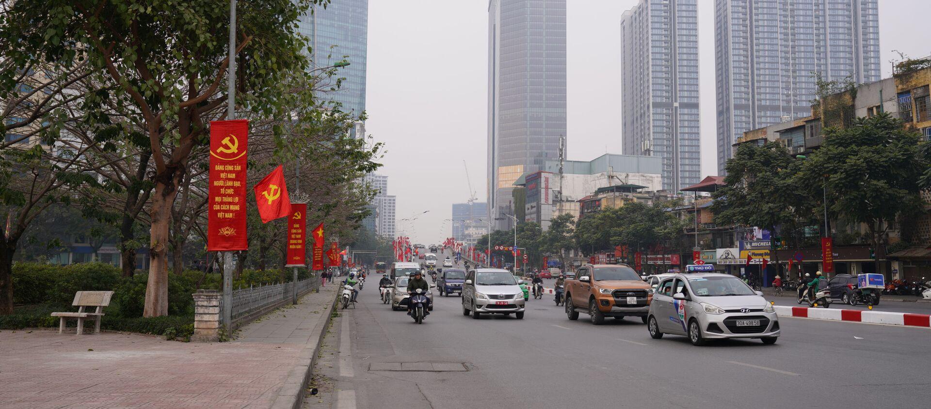 Giao thông trên đường phố Hà Nội trang hoàng chào mừng Đại hội Đảng Cộng sản Việt Nam lần thứ 13 - Sputnik Việt Nam, 1920, 30.01.2021