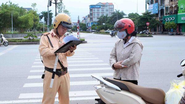 Lực lượng CSGT tỉnh Hưng Yên kiểm tra và xử lý chủ phương tiện vi phạm trật tự an toàn giao thông. - Sputnik Việt Nam
