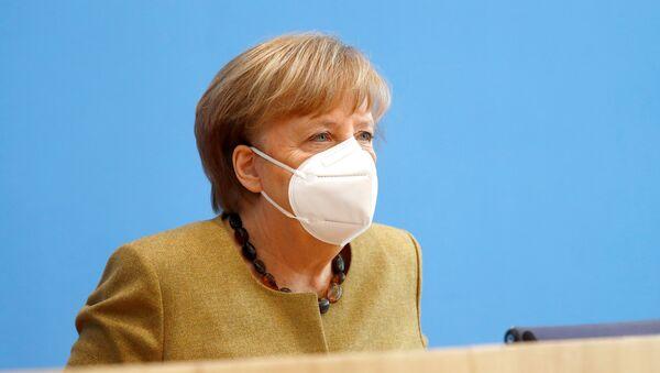 Thủ tướng Đức Angela Merkel rời đi sau một cuộc họp báo về tình hình hiện nay về sự lây lan của bệnh coronavirus (COVID-19), tại Berlin, Đức, ngày 21 tháng 1 năm 2021. - Sputnik Việt Nam