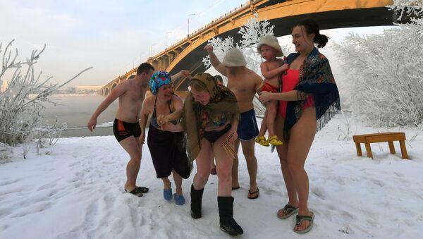 Các thành viên câu lạc bộ rèn luyện sức khỏe gia đình Krepysh bên bờ sông Yenisey ở Krasnoyarsk - Sputnik Việt Nam