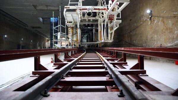 Các bộ phận của máy khoan hầm TBM đã được chuyển xuống và lắp ráp tại tầng đáy ga ngầm. - Sputnik Việt Nam