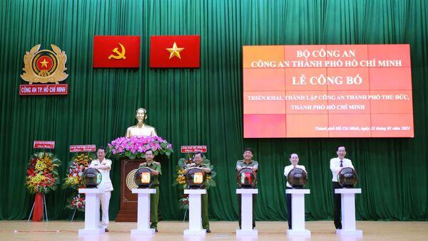 Các đại biểu thực hiện nghi thức triển khai thành lập Công an thành phố Thủ Đức - Sputnik Việt Nam
