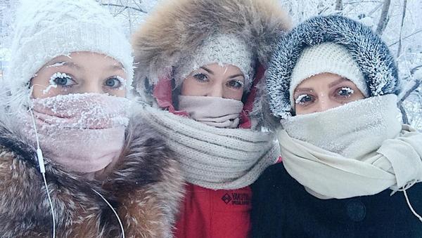 Các cô gái trên đường phố trong đợt sương giá nghiêm trọng ở Yakutsk - Sputnik Việt Nam