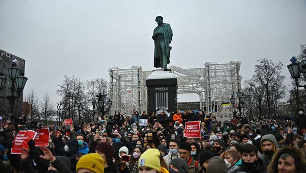 Các nhân viên thực thi pháp luật bắt giữ người tham gia cuộc biểu tình trái phép ủng hộ Alexei Navalny ở Moskva - Sputnik Việt Nam