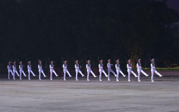 Đại hội XIII của Đảng: Không khí trang nghiêm trên quảng trường Ba Đình trước giờ đại biểu vào Lăng viếng Bác - Sputnik Việt Nam