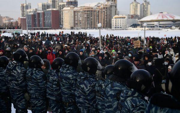Сác nhân viên thực thi pháp luật và những người tham gia cuộc biểu tình trái phép ủng hộ Alexei Navalny ở Ekaterinburg - Sputnik Việt Nam