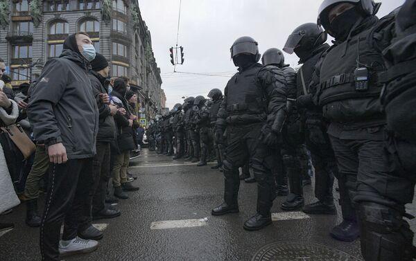 Сác nhân viên thực thi pháp luật và những người tham gia cuộc biểu tình trái phép ủng hộ Alexei Navalny ở Saint-Petersburg - Sputnik Việt Nam