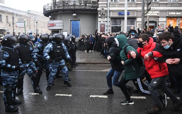 Сác nhân viên thực thi pháp luật và những người tham gia cuộc biểu tình trái phép ủng hộ Alexei Navalny ở Moskva - Sputnik Việt Nam