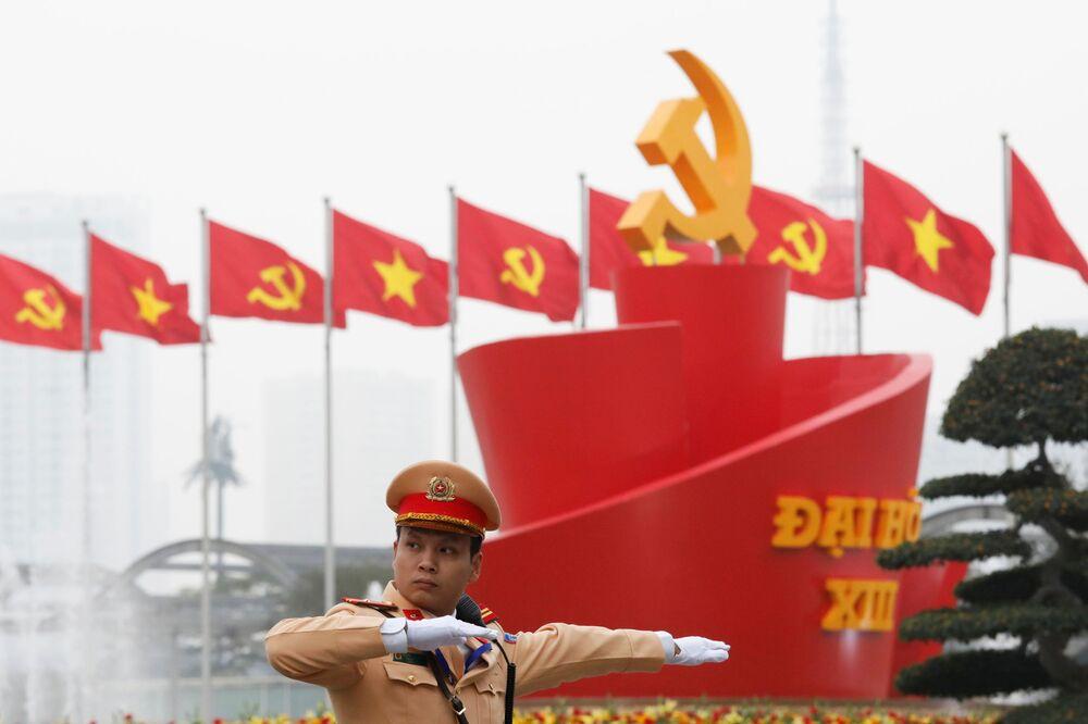 Cảnh sát điều khiển giao thông gần địa điểm tiến hành Đại hội lần thứ XIII của Đảng Cộng sản Việt Nam tại Hà Nội