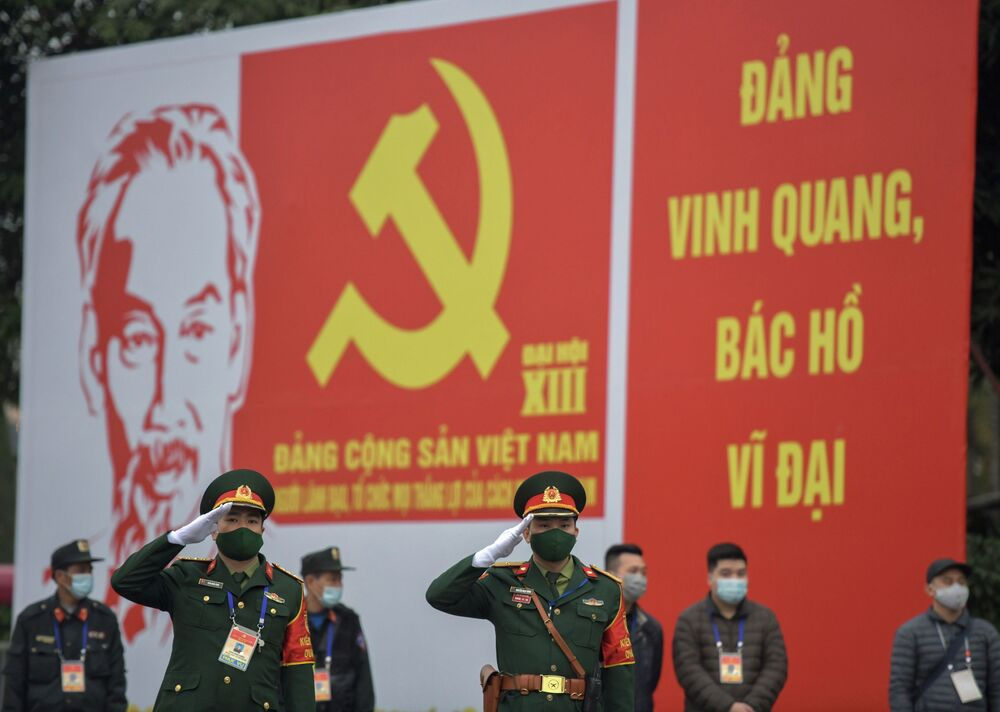Các quân nhân trước biển quảng cáo về Đại hội lần thứ XIII của Đảng Cộng sản Việt Nam tại Hà Nội