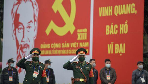 Các quân nhân trước biển quảng cáo về Đại hội lần thứ XIII của Đảng Cộng sản Việt Nam tại Hà Nội - Sputnik Việt Nam