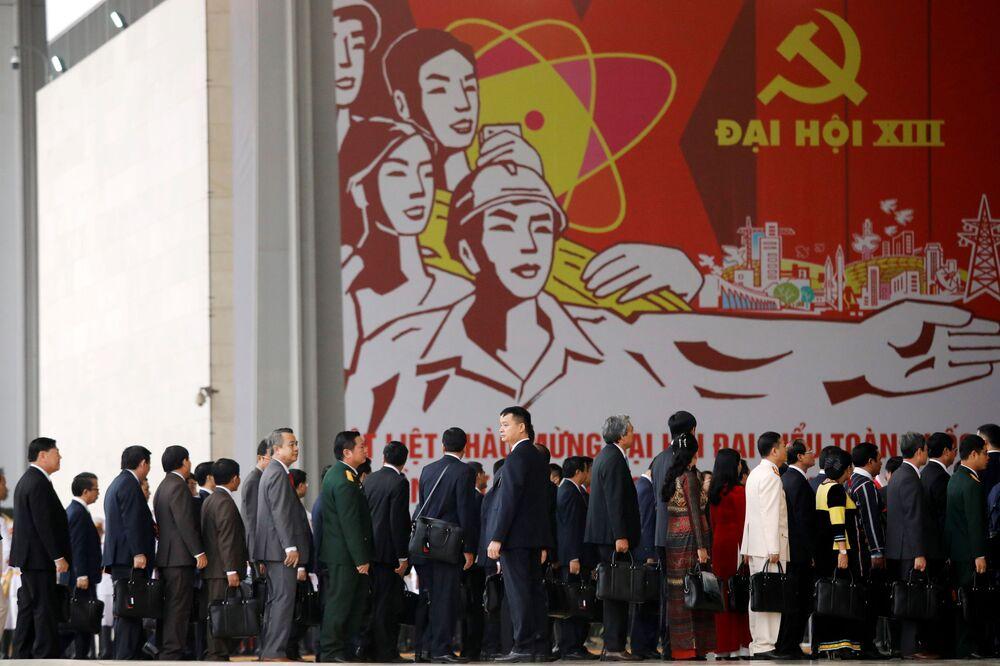 Các đại biểu tới dự lễ khai mạc Đại hội lần thứ XIII của Đảng Cộng sản Việt Nam tại Hà Nội