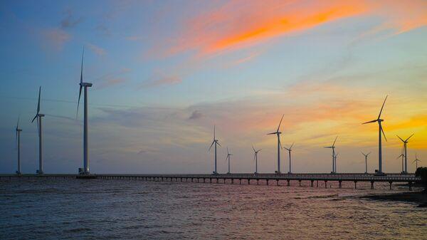 Вид на ветряные мельницы в провинции Бакльеу  во Вьетнаме  - Sputnik Việt Nam