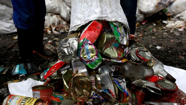 Waste treatment company workers dump garbage collected and brought from Mount Everest, Kathmandu, Nepal - Sputnik Việt Nam