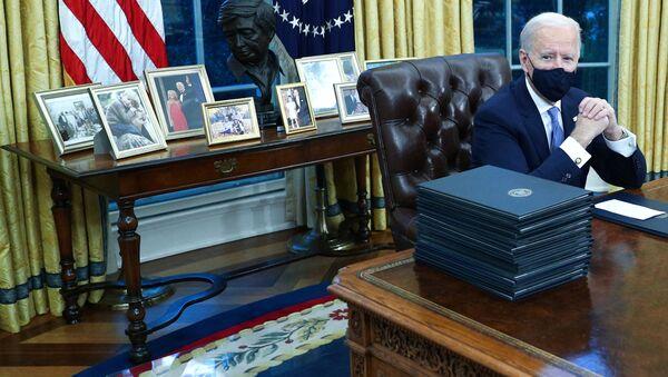 Tổng thống Hoa Kỳ Joe Biden trong Phòng Bầu dục tại Nhà Trắng, năm 2021 - Sputnik Việt Nam