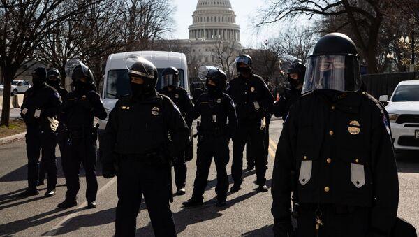Các nhân viên cảnh sát làm nhiệm vụ trong lễ nhậm chức của Tổng thống đắc cử Joseph Biden trên một con phố gần Điện Capitol ở Washington - Sputnik Việt Nam