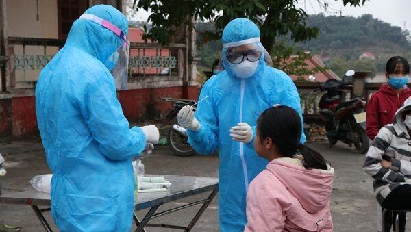Lấy mẫu xét nghiệm SARS-CoV-2 cho người dân tại xã Hưng Đạo, thành phố Chí Linh chiều 28/1. - Sputnik Việt Nam