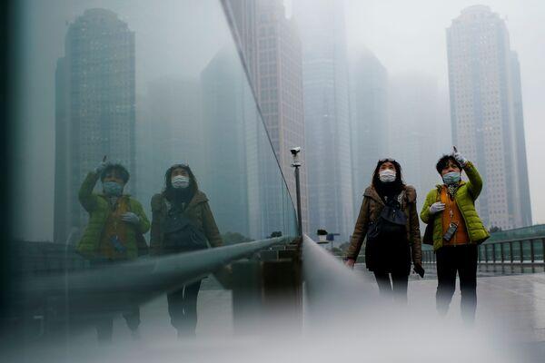 Những người đeo khẩu trang đi dạo ở Thượng Hải, Trung Quốc - Sputnik Việt Nam