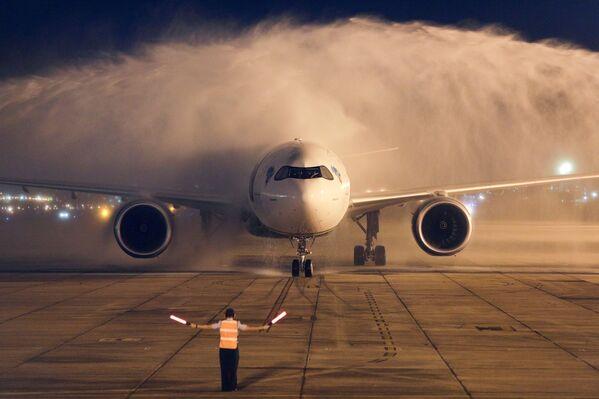 Máy bay chở hai triệu liều vắc xin AstraZeneca/Oxford từ Ấn Độ hạ cánh xuống Rio de Janeiro, Brazil - Sputnik Việt Nam