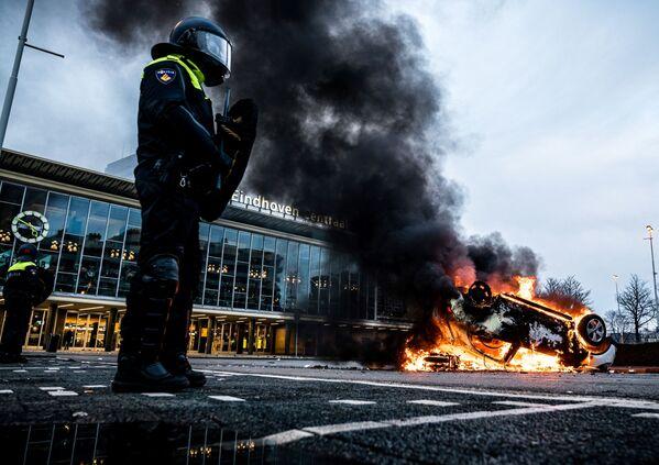 Chiếc ô tô bốc cháy trong cuộc biểu tình trước ga xe lửa Eindhoven, Hà Lan - Sputnik Việt Nam