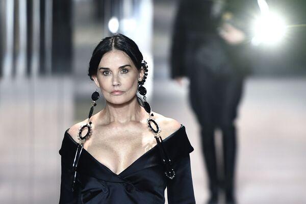 Nữ diễn viên Demi Moore trong buổi trình diễn trang phục Fendi tại Tuần lễ thời trang Paris, Pháp - Sputnik Việt Nam