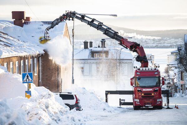 Dọn tuyết trên mái nhà ở Örnsköldsvik, Thụy Điển - Sputnik Việt Nam