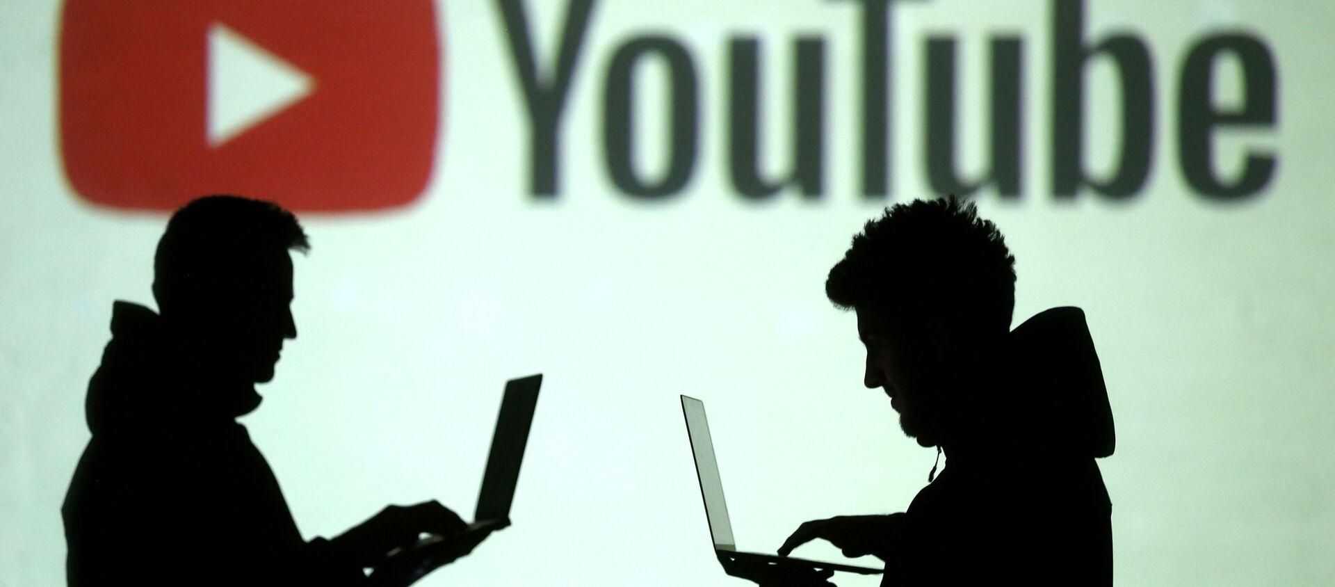 Силуэты интернет-пользователей на фоне логотипа YouTube - Sputnik Việt Nam, 1920, 11.06.2021