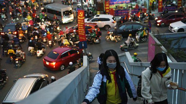 Những người phụ nữ đeo khẩu trang ở Hà Nội. - Sputnik Việt Nam