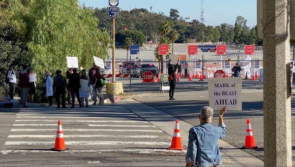Biểu tình chống tiêm vaccine tại Sân vận động Dodger ở Los Angeles.  - Sputnik Việt Nam