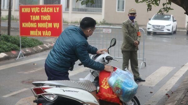 Người nhà gửi đồ tiếp tế cho người bên trong khu cách ly.  - Sputnik Việt Nam