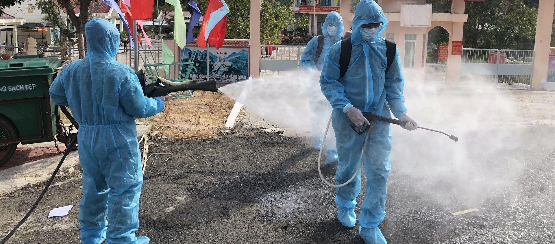 Phun hóa chất khử khuẩn tại thị xã Ayun Pa và Ia Pa tại Gia Lai - Sputnik Việt Nam, 1920, 02.02.2021