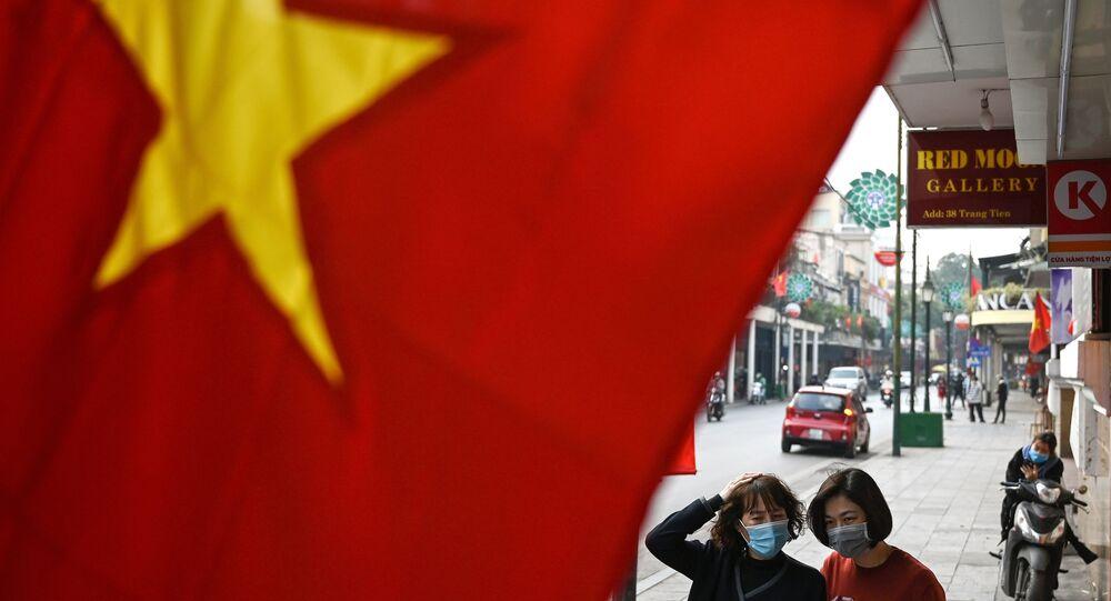 Những người phụ nữ đeo khẩu trang  trên phố ở Hà Nội.
