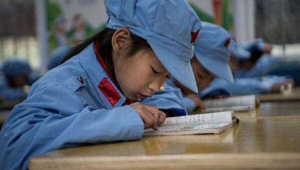 Học sinh trường tiểu học Wenshui ở tỉnh Quý Châu, Trung Quốc. - Sputnik Việt Nam