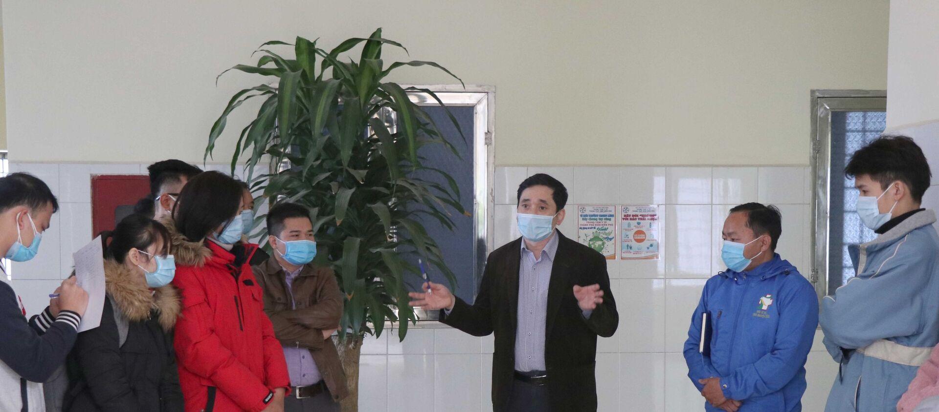 Bác sĩ, chuyên gia đầu ngành của Bộ Y tế đang giới thuyết về hình thái, sự bố trí các khoa của Bệnh viên dã chiến; và trang bị cho đội ngũ y, bác sĩ làm việc tại Bệnh viện dã chiến những kỹ năng an toàn, tránh lây nhiễm, đảm bảo an toàn cho đội ngũ y, bác sĩ. - Sputnik Việt Nam, 1920, 07.02.2021