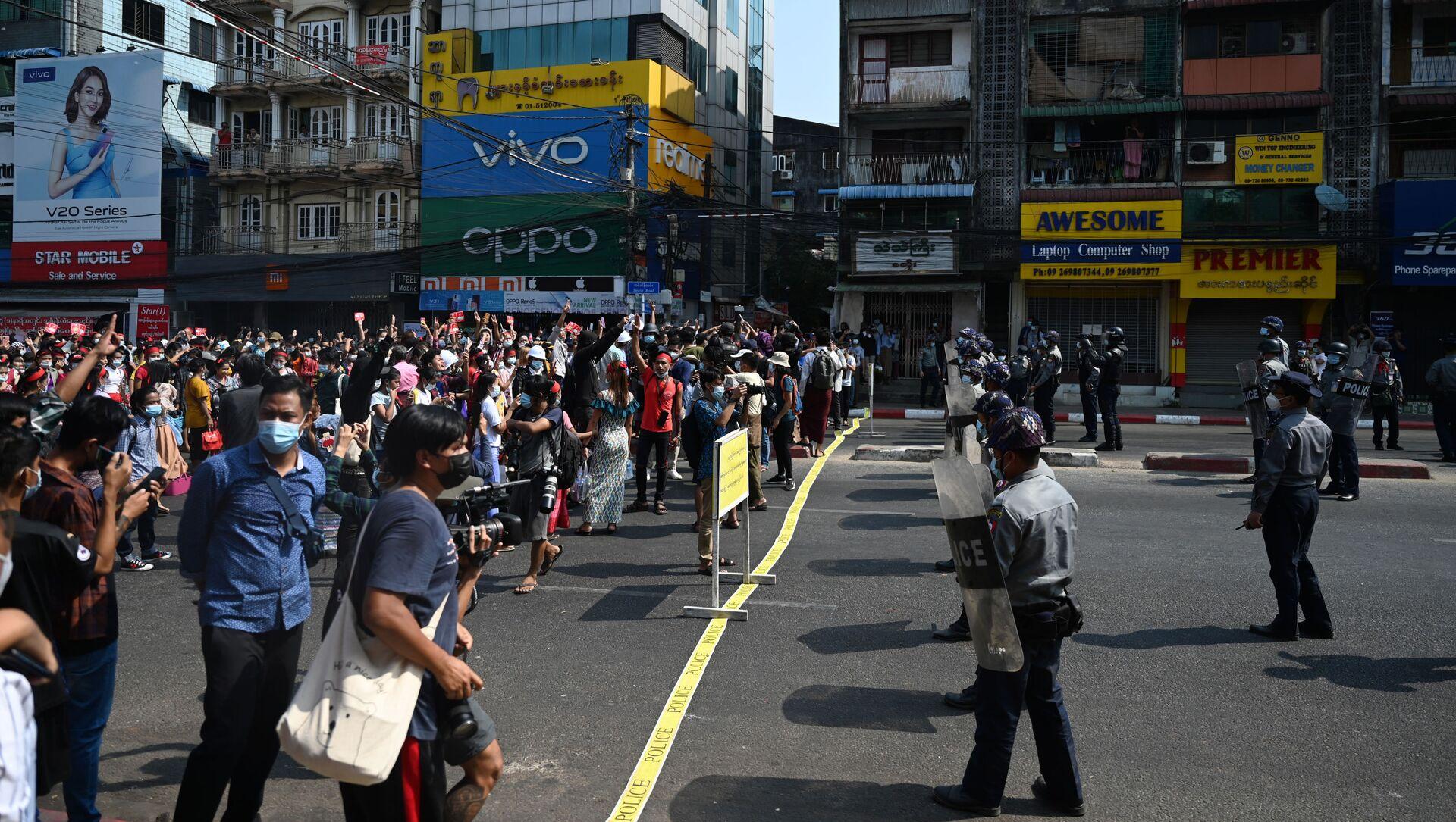 Cuộc biểu tình chống lại cuộc đảo chính quân sự ở Myanmar - Sputnik Việt Nam, 1920, 01.03.2021