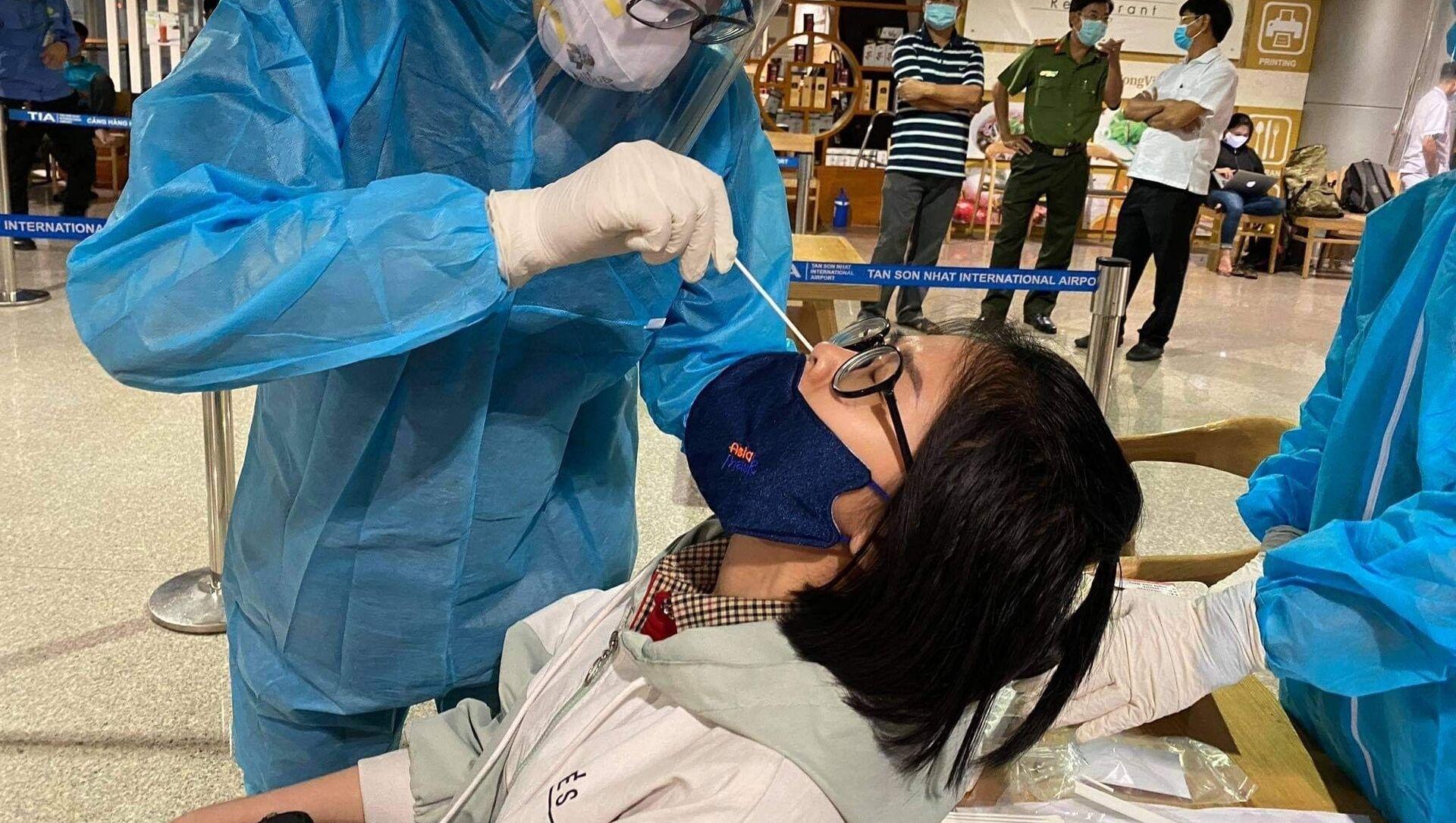 Thành phố Hồ Chí Minh lấy mẫu xét nghiệm COVID-19 hơn 7.300 nhân viên làm việc tại sân bay Tân Sơn Nhất - Sputnik Việt Nam, 1920, 09.02.2021