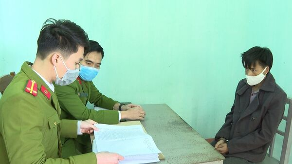 Lực lượng công an lấy lời khai của đối tượng Sùng A Tông.  - Sputnik Việt Nam