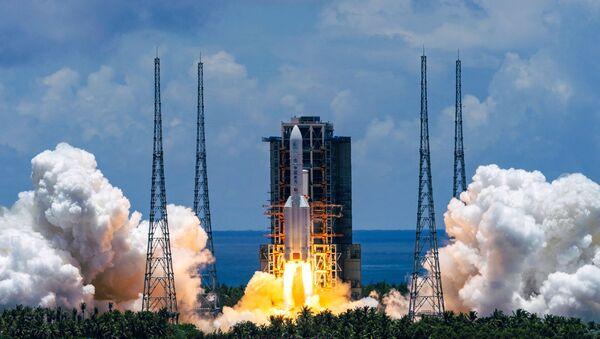 Tên lửa hạng nặng Changzheng 5 với tàu thăm dò sao Hỏa Tianwen 1 đầu tiên của Trung Quốc phóng từ sân bay vũ trụ Wenchang, Trung Quốc. - Sputnik Việt Nam